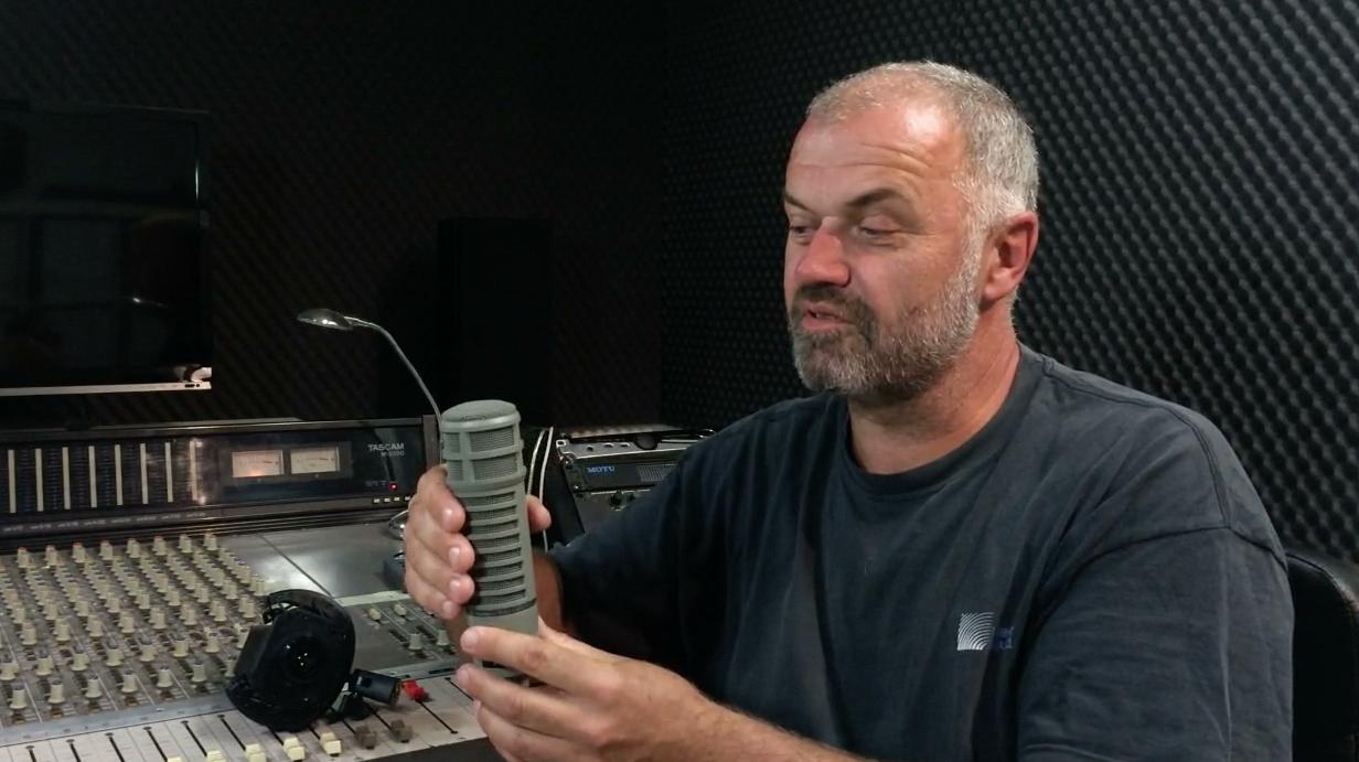 Kakšna Je Razlika Med Kondenzatorskim In Dinamičnim Mikrofonom?